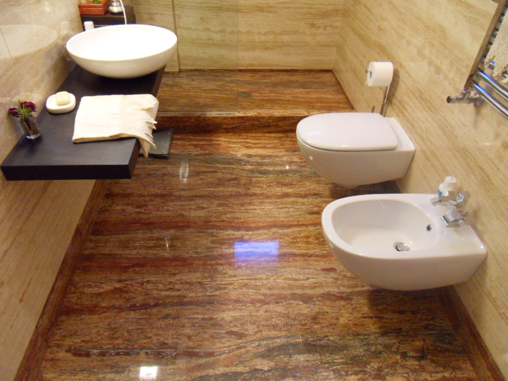 Bagno contemporaneo con pavimento in travertino foto idee